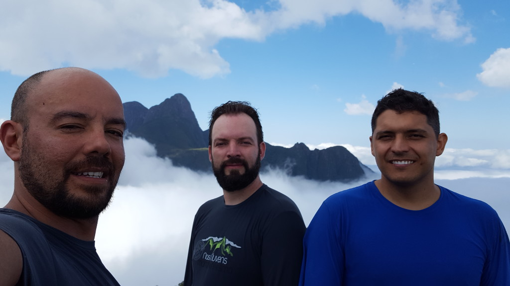 Eu, Bolivia e Alisson no cume do Taquaripoca com o Pico Paraná ao fundo.