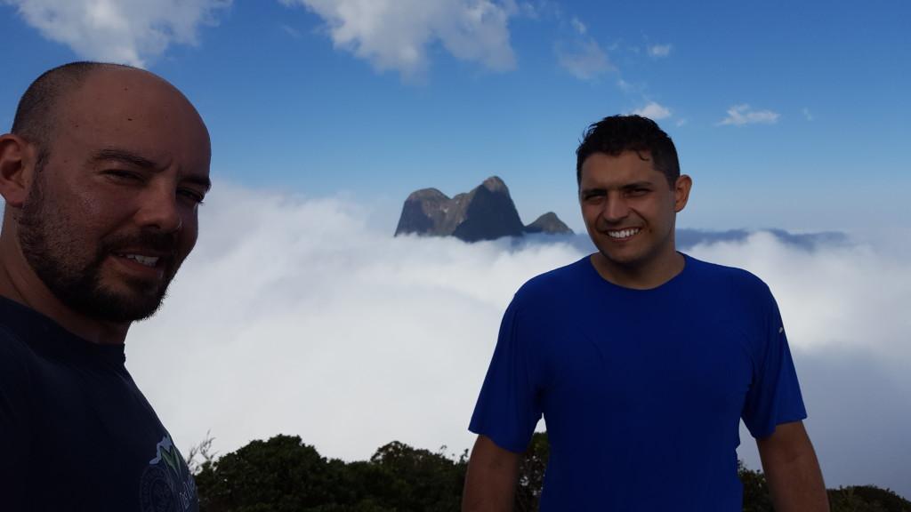 Eu e o Alisson no cume do Serro Verde com o Pico Paraná ao fundo.