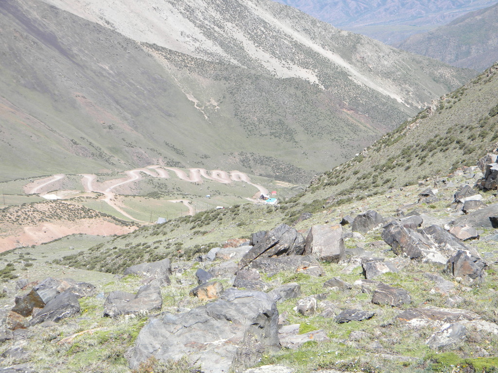 Estrada que da acesso aos refúgios visto do acampamento de Veguitas.