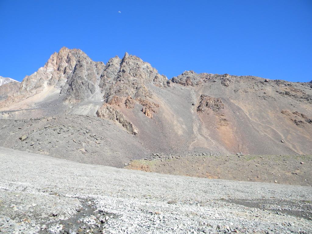 Do outro lado do vale de pedras as montanhas Adolfo Calle e Etepanek, no meio a trilha que dá acesso aos dois cumes.