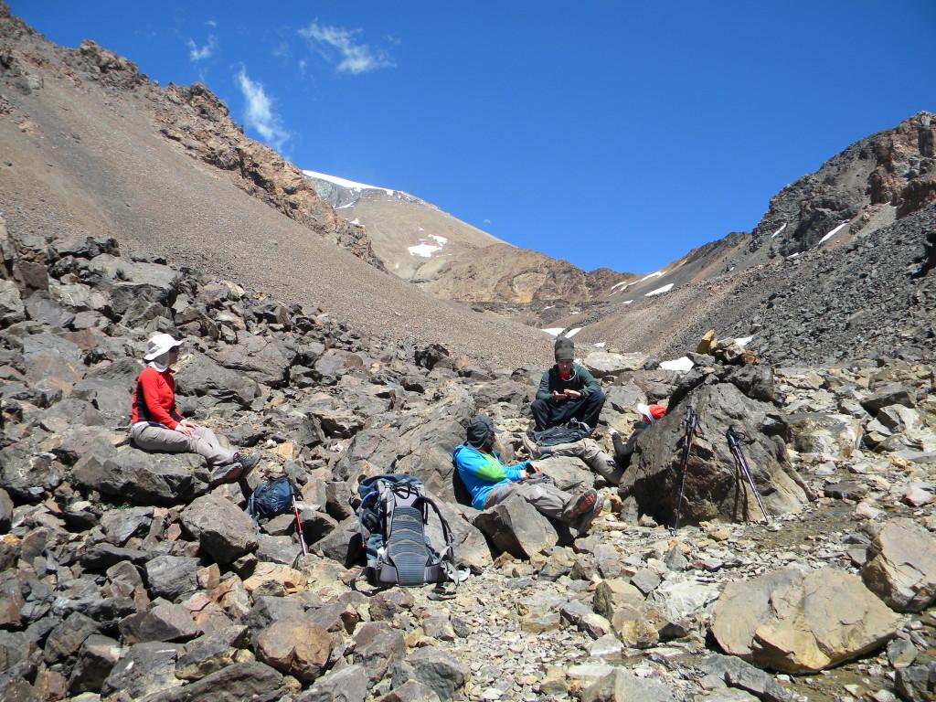 No colo entre as duas montanhas a galera de Curitiba, Michelle, Mery, Murillo e Daniel.