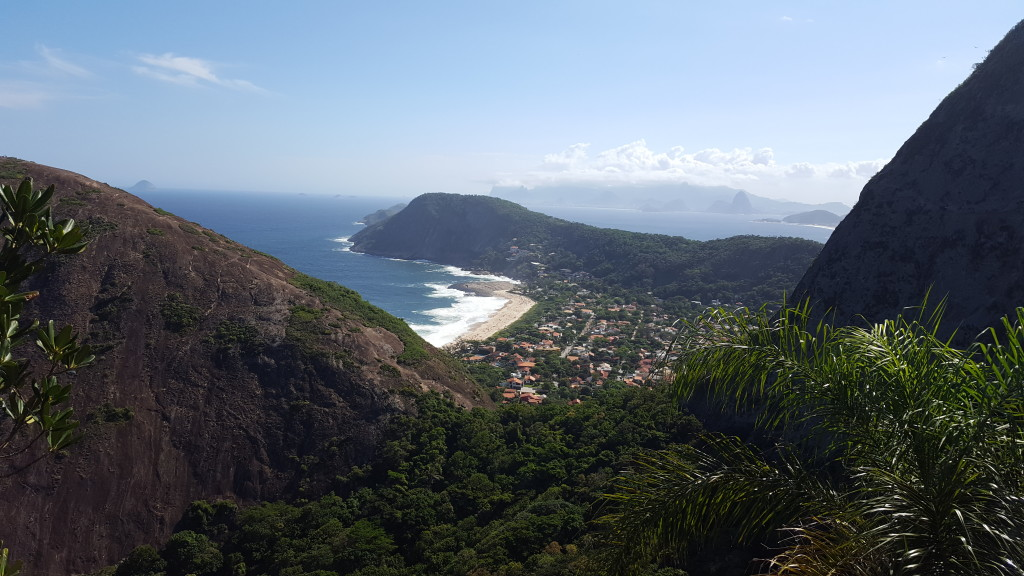 Praia de Itacoatiara, ao fundo cidade do Rio de Janeiro