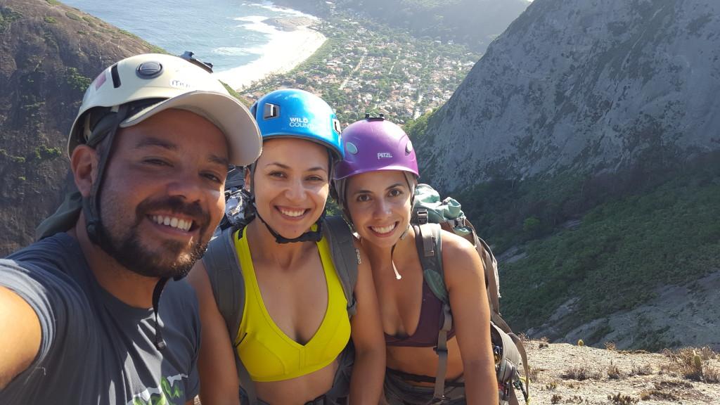 Os três figuras no cume da Agulha Guarischi