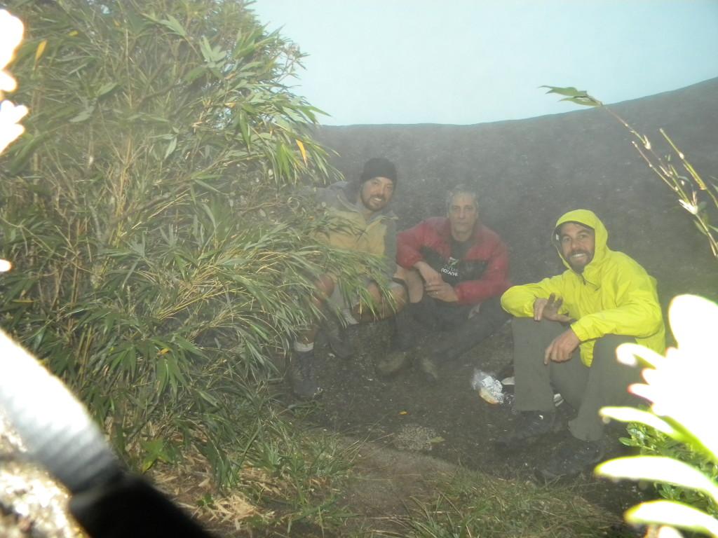 No cume da Ponta do Tigre, já anoitecendo e o tempo completamente cagado. Valeu pela pernada rapaziada.