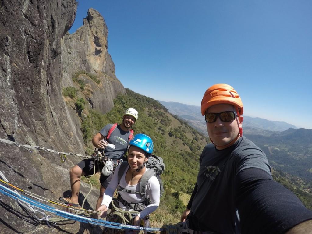 Juliano, Michelle, Natan e o cume do Baú ao fundo.