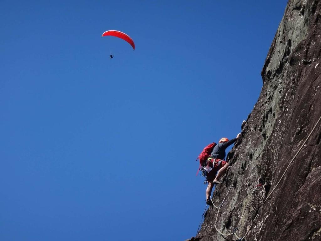 Juliano escalando e nosso amigo Hilton voando.